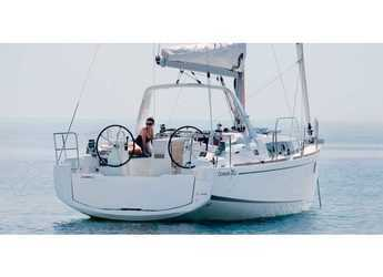 Rent a sailboat in Cala dei Sardi - Oceanis 35.1