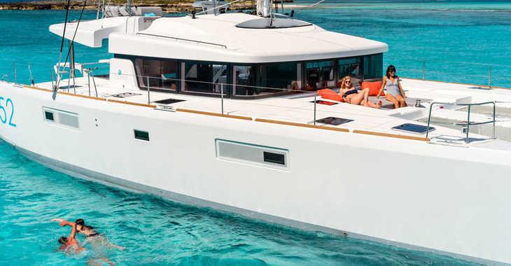 Rent a catamaran in Maya Cove, Hodges Creek Marina - Lagoon 52