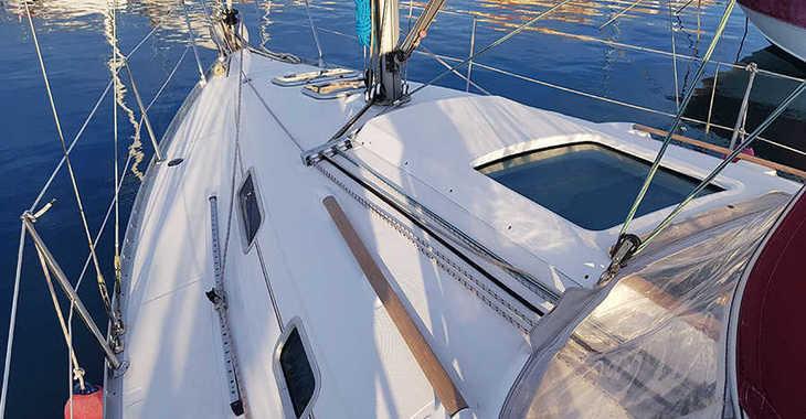 Rent a sailboat Oceanis 311 in Club Nàutic Estartit, Girona