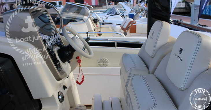 Rent a motorboat in Port Mahon - Invictus 280 TT