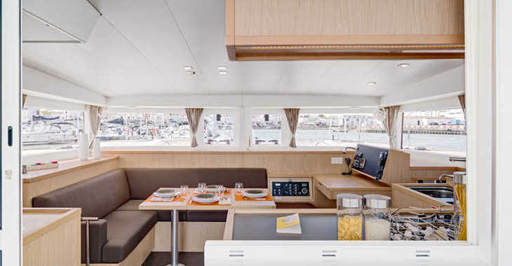 Rent a catamaran in Port Mahon - Lagoon 400 S2