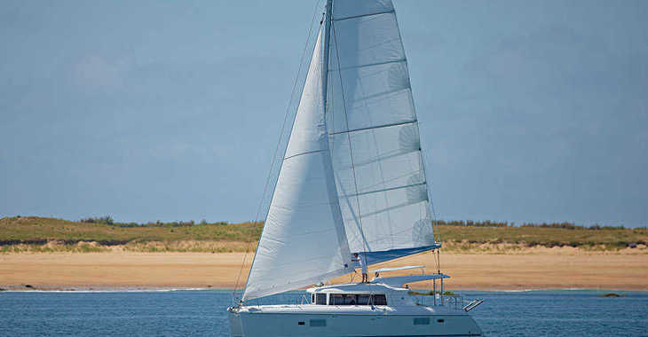 Rent a catamaran in Abel Point Marina - Lagoon 421