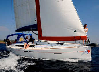 Rent a sailboat in Marina Zeas - Sunsail 51 (Classic)