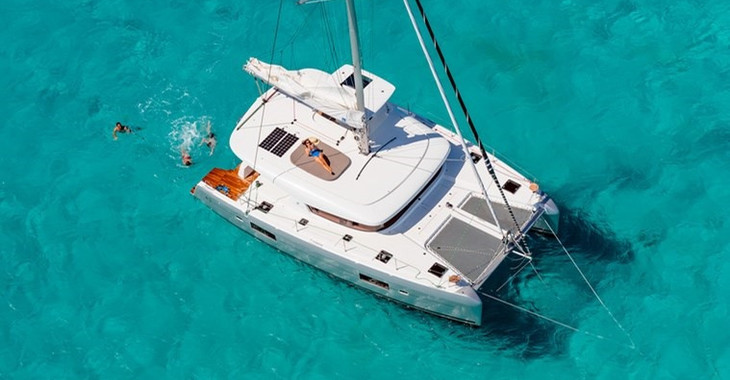 Rent a catamaran in Maya Cove, Hodges Creek Marina - Lagoon 42