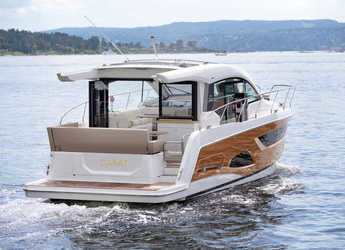 Rent a motorboat in Veruda - Sealine C390