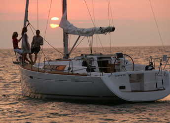 Rent a sailboat in Port Mahon - Beneteau Oceanis 37
