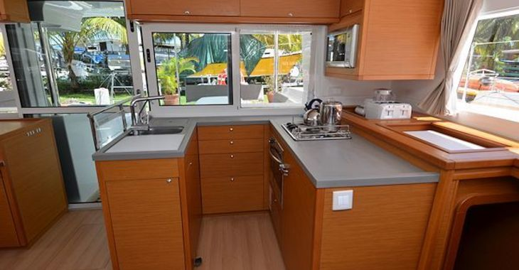 Medium lagoon450 kindred galley1 600