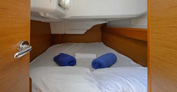 Rent a sailboat in Club Naútico de Sant Antoni de Pormany - JEANNEAU SO 379
