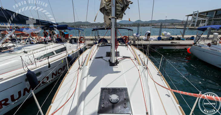 Rent a sailboat in Club Naútico de Sant Antoni de Pormany - JEANNEAU SO 379